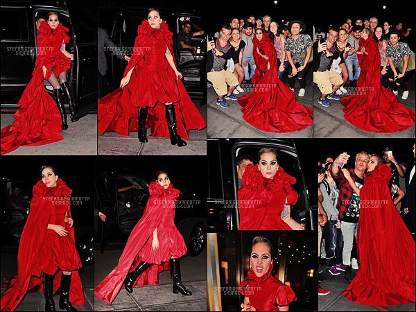 19/10/16 - Dans la journée Lady Gaga a été aperçue quittant le bar The Bitter End dans New York City.  L'extravagante Gaga a été vue rejoignant son appartement après un concert pour T Magazine. Une tenue digne de la grande Lady Gaga