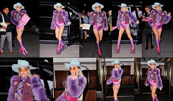 22/10/16 -  Au cours de la soirée, Lady Gaga a été photographiée arpentant les avenues de New York.   On peut voir d'ailleurs qu'un fan lui a remis un livre fait de mots de ses chers little monster, de quoi lui faire plaisir pour ce nouvel album.