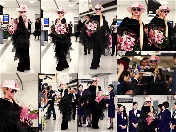 01/11/16 - Lady Gaga a été photographiée à son arrivée à l'aéroport  « Narita » de Narita, - au Japon.   Retour au Japon pour Gaga, qui ne passera pas par la Chine, car elle en est bannit à cause de sa rencontre avec le  Dalaï-lama en juin !