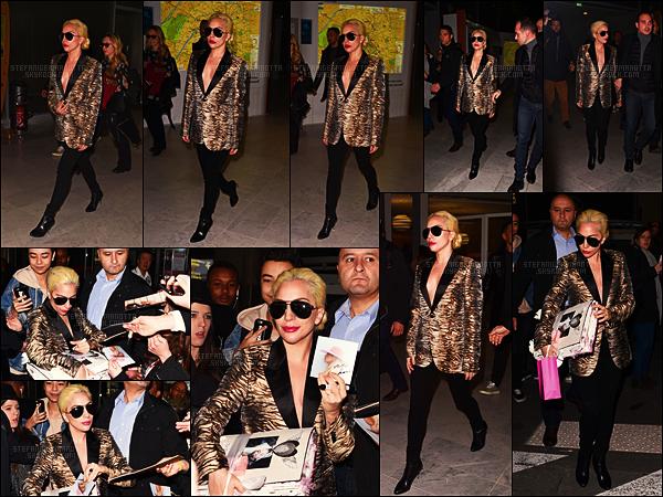 27/11/16 -  La chanteuse Lady Gaga a été aperçue arrivant sur le sol français par un aéroport de Paris.  Le lendemain, Gaga avait été surprise à la sortie de son hôtel par les fans qui l'attendaient, - à Paris. La miss semblait être très contente.