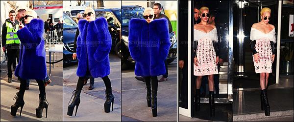 29/11/16 -  L'extravagante Lady Gaga avait été photographiée arpentant les rues de notre capital,- Paris.  Plus tard dans la journée, elle avait été vue quittant les studios de la radio NRJ après son interview avec Cauet. J'aime vraiment les tenues