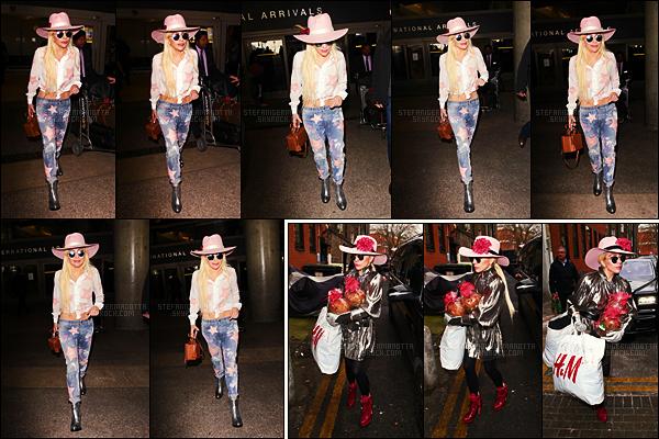 08/12/16 -  Lady Gaga a été aperçue de retour sur le sol américain à l'aéroport LAX de Los Angeles, CA.  Le 06/12, Lady Gaga a été aperçue se rendant dans le centre Albert Kennedy Trust qui aide les personnes LGBT sans domicile, Londres