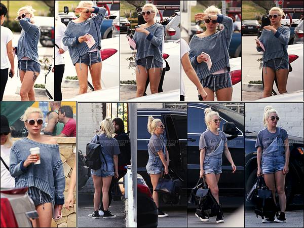 10/03/17 - Durant cette journée ensoleillée , Lady Gaga a été aperçue dans les rues de Malibu, - en calif.  Le lendemain soit le 11/03, Gaga avait été repérée arrivant à un studio d'enregistrement dans Los Angeles, CA. Côté tenue, des jolis tops