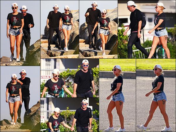 20/06/17 - La chanteuse Lady Gaga et son boyfriend se baladant en amoureux dans les Hamptons, USA.  Tournage du film enfin fini.. Gaga prend un peu de temps pour elle en se relaxant ! Côté tenue, simple mais efficace, j'aime bien, un top !