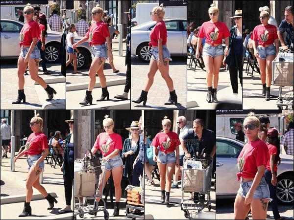 03/07/17 - Lady Gaga, accompagnée de Christian et de sa mère, quittant un supermarché dans Malibu. Gaga passe le plus clair de son temps à Malibu avant de commencer sa tournée le 1er aout à Vancouver, le Joanne World Tour  !