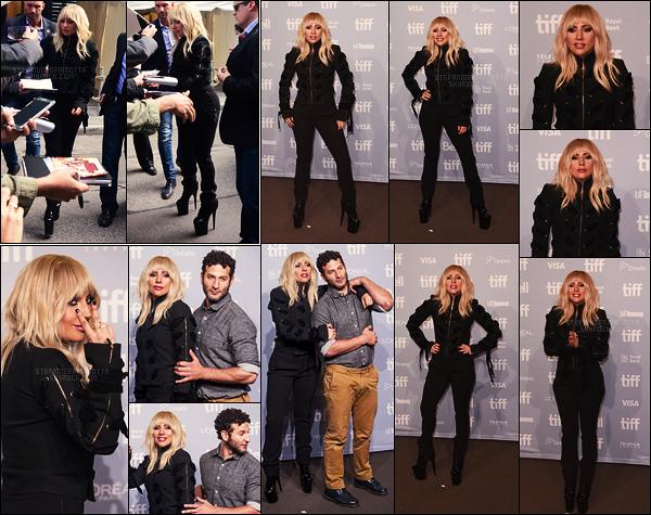 08/09/17 - Lady Gaga s'est rendue à la conférence de presse de Gaga : Five Foot Two dans Toronto, CA. Gaga : Five Foot Two est un documentaire de gaga qui sera diffusé sur Netflix le 22 septembre prochain. Côté tenue, c'est un petit top