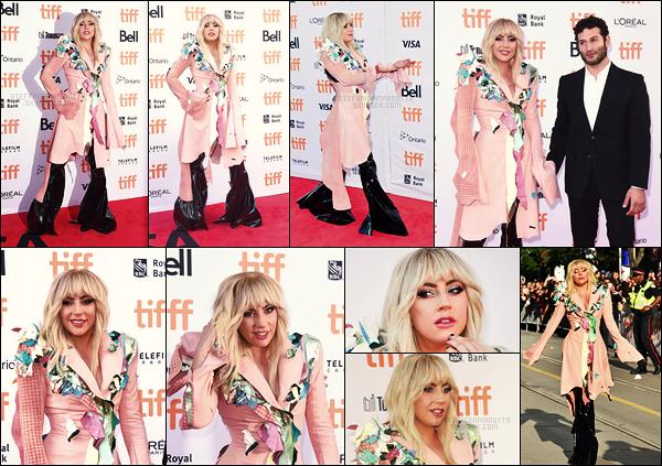 08/09/17 - Lady Gaga assistait à l'avant première de  Gaga : Five Foot Two au festival de film de Toronto. Gaga portait une tenue assez extravagante, c'est pas vraiment joli mais on retrouve sa personnalité un peu folle. Qu'en pensez-vous ?