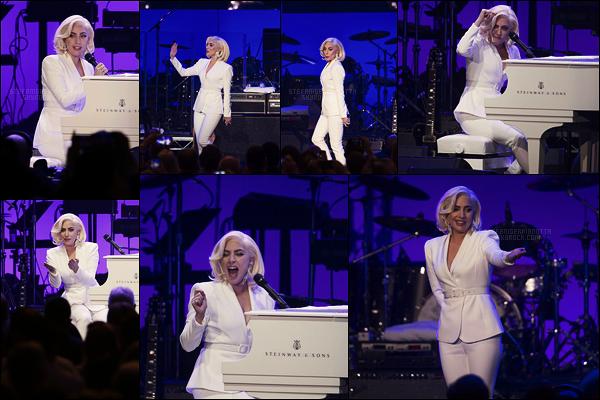 21/10/17 - Lady Gaga a performé au concert de charité, du aux dégâts des ouragans, organisé au  Texas. Gaga ne perd jamais une occasion de participer à ce genre de chose. Ca fait plaisir de la revoir sur scène, elle était vraiment sublime !
