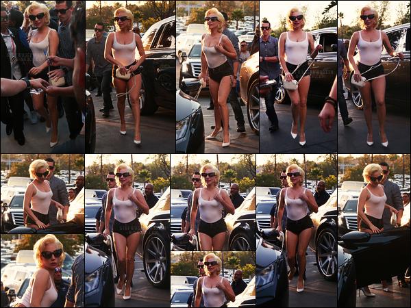 24/10/17 - Plus tard, Lady Gaga a été repérée arrivant au Dodger Stadium situé dans Los Angeles, - CA. Gaga était trop mignonne dans cette tenue je trouve, elle a assisté au match opposant les Astros et les Dodgers. C'est un top pour moi