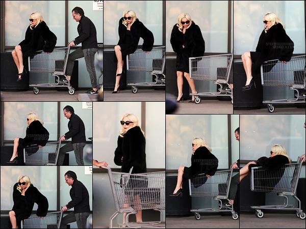 21/12/17 -  Lady Gaga a été aperçue faisant les courses avec son petit-ami Christian dans Malibu, - Calif Pour une simple sortie course, Gaga était vraiment bien habillée, j'espère juste que ce n'est pas de la vraie fourrure !! Top pour Gaga !