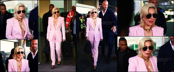 11/01/18 -  La chanteuse Lady Gaga, toute en rose, a été photoraphiée arrivant à l'aéroport de Barcelone. Le Joanne World Tour reprend de plus belle le 14 janvier d'où la venue de Gaga en Europe. Pour la tenue, je lui donne un joli top !