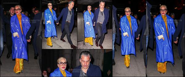 27/01/18 -  Lady Gaga, accompagnée de son boyfriend Christian, sortant du restaurant Marta, à New York.  Tenue très spéciale choisie par gaga, en deux couleurs très flashy. Personnellement je n'aime pas trop ... Et vous, qu'en pensez-vous ?