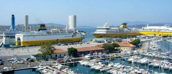 """Voici le """"Corsica marina seconda , le Mega express et le Mega express five qui se trouve tous au fond ces 3 bateaux se trouvent a toulon"""