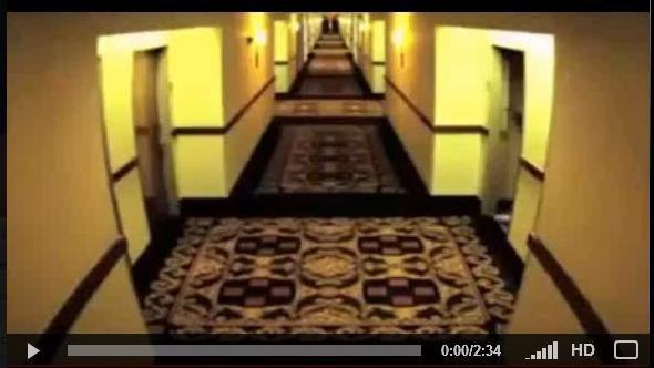 Mec à poil dans un hôtel