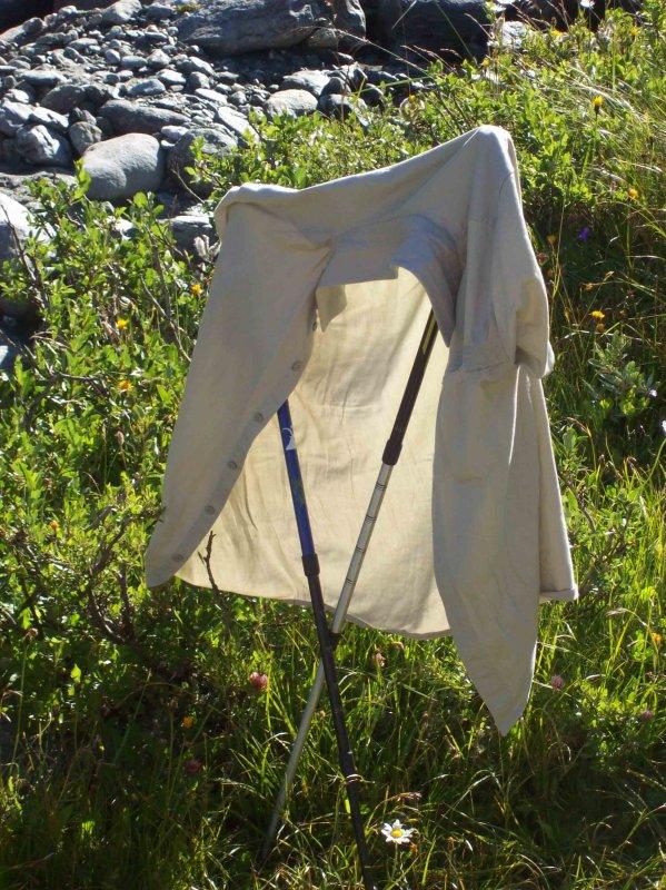 La chemise, un peu tempée de sueur sous le sac va sécher au soleil.