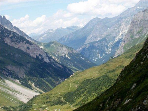 Un petit coup d'oeil vers la vallée (avec Montaimont en bas de la photo)