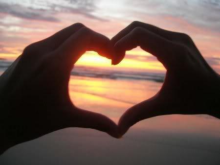 coeur devant un couché de soleil