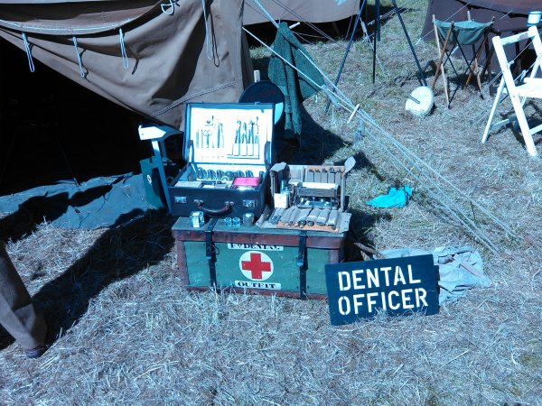 US Dentist (camp US Carentan) et Dental Officer (camp anglais à??-trou de mémoire-)