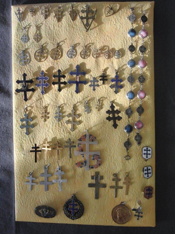insignes, médailles, broches, breloques Libération, FFI, FFL, etc.