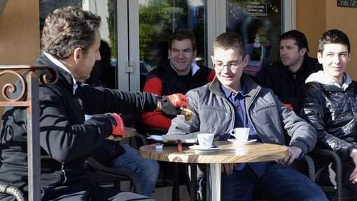 Le plus jeune fils de Sarkozy joue à lancer billes et tomate sur une policière