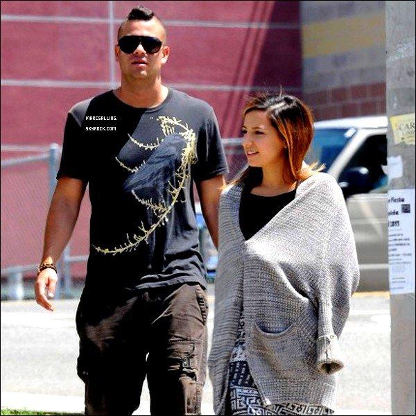. 17/08/2011 - Mark et sa co-star, Vanessa Lengies, sur le tournage de la série. .