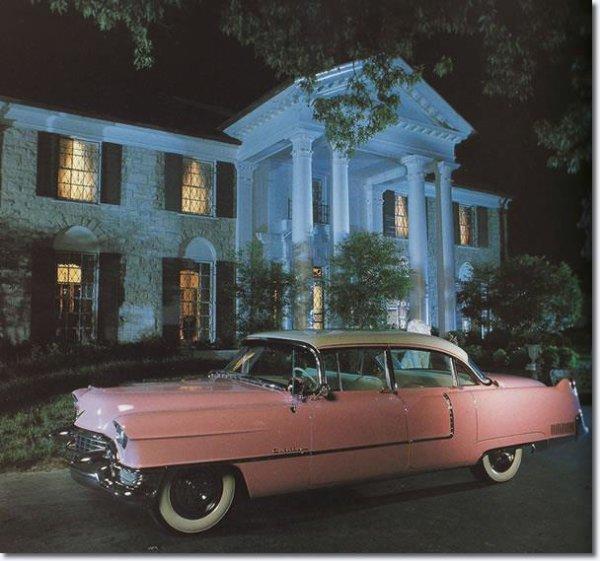 splendide photo de la maison et la voiture du king moi j aime et vous bonne visite sur mon magnifique blog du king merci a tous