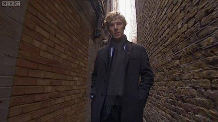 Maintenant il adopte le style Sherlock in real life ! Bon certes, l'écharpe n'est pas bleue...
