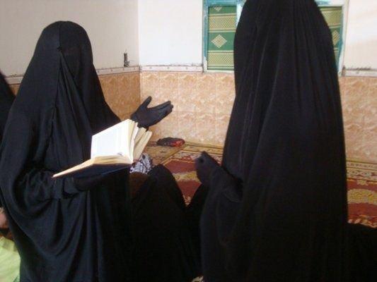 La femme a pour obligation de se voiler le corps en entier ainsi que le visage même dans un pays non-musulman !
