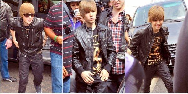30 Avril 2010 Justin sort de sont Hotel, Paris. Justin à Mc Donald