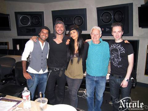 Nicole en studio- Nicole à la fête NFM plus tôt cette année en Janvier
