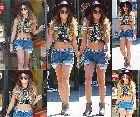 25/08/13 : Vanessa a été aperçue alors qu'elle allait s'acheter un café avec sa soeur Stella dans Studio City.