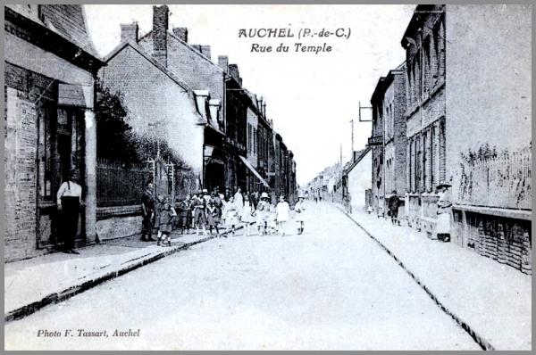 AUCHEL (62) LA RUE DU TEMPLE - HIER RUE COHET - AUJOURD'HUI RUE SERAPHIN CORDIER