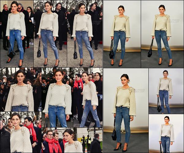 07/03/17 - Phoebe Tonkin était au défilé de la nouvelle collection Chanel dans la capitale française Paris. Ça fait plaisir de voir Phoebe dans notre capitale, elle était plutôt de bonne humeur en plus! Côté tenue, c'est simple mais j'aime, top !