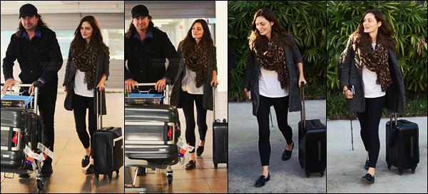 04/05/17 -  Notre actrice Phoebe Tonkin a été photographiée arrivant à l'aéroport de Brisbane en Australie. Phoebe semblait de bonne humeur à son arrivée dans son pays natal. Encore une fois, c'est une bonne tenue, top, qu'en pensez-vous ?