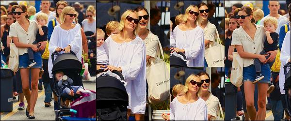 20/08/17 -  Phoebe Tonkin a été vue se rendant à  Farmers Market avec Lara Bingle dans Studio City. Phoebe T. était accompagnée de son amie et des deux enfants de celle-ci. Pour la tenue, j'aime bien sa chemise manche courte, top
