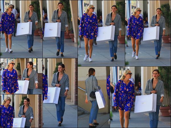 28/09/17 -  Phoebe Tonkin a été aperçue faisant du shopping avec une amie, dans Beverly Hills, en CA. J'aime bien ta tenue de Phoebe, le léger défaut reste le trop gros décolleté qui aurait pu être largement moins voyant. Un petit top !