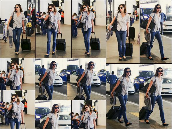 07/10/17 -  Phoebe Tonkin a été aperçue arrivant au grand aéroport international de Los Angeles : LAX. On ne change pas de son style de d'habitude, plutôt classique mais ça marche toujours autant, c'est donc un joli top pour miss Tonkin