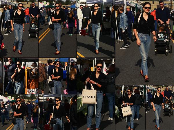 18/03/18 - L'actrice Phoebe Tonkin a été faire un petit passage par Farmers Market, - dans Studio City. Les photos sont assez sombres mais au moins il y en a ! Je ne suis pas vraiment fan cette tenue, c'est dommage.. Qu'en pensez-vous ?