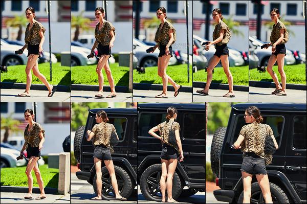 13/06/18 - L'actrice Phoebe Tonkin a été aperçue de sortie dans les grandes rues de  Los Angeles, en Calif. La tenue est plutôt sympas mais avec le vent cela fait tout gonflé ! Phoebe ne semblait pas très ravie.. Que pensez-vous de cette tenue ?