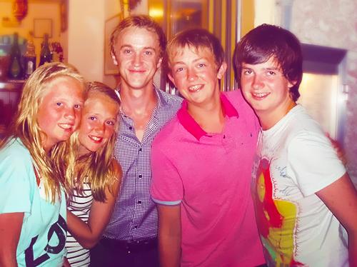 Photo de Tom Felton à Majorque avec de jeunes fans
