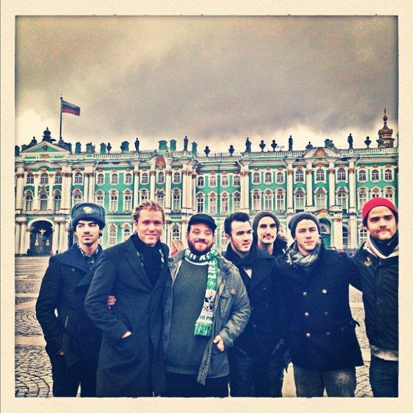 Les Jonas Brothers sont actuellement en Russie voci les photos de l'Instagram de Joe et de Nick ainsi que des photos à la sortie de leur hôtel