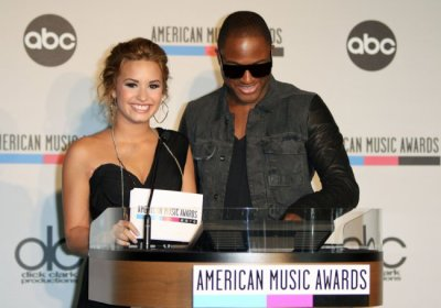 Demi Lovato : trop belle pour annoncer les nominations aux American Music Awards avec Taio Cruz !!!!