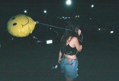 Il y a ces soirs où je sais que rien ni personne pourra venir à présent ébranler mon moral, ces soirs où je me sens si libre et si insignifiante où plus rien ni personne n'a d'importance. Et puis il y a ces soirs où je me sens si seul, ces soirs où j'ai si mal pour que cela soit vivable, ces soirs où je pense à toi.