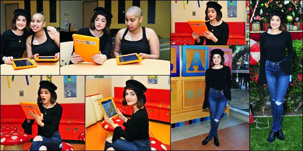02.12.2017 ─ Lucy Hale a été photographiée, alors, qu'elle rendait visite aux enfants à l'hôpital dans Los Angeles.La belle a posée avec une enfant malade puis a elle a joué à « Words With Friends 2 » avec elle également. Concernant sa tenue, c'est un top pour moi !