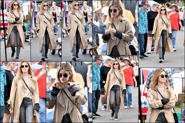 .14/10/2018  - Lucy Kate Hale accompagnée d'une amie a été aperçue sur un marché local dans les rues de Los Angeles. •• HaleLucy ta nouvelle source d'actualité sur notre superbe actrice Lucy Hale ! ---- ○○ Candids / Apparence / Photoshoot  / Autres... ! .
