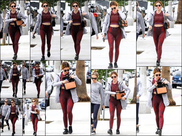.13/10/2018 - Miss Lucy Hale a été aperçue allant déjeuner avec une amie dans les rues de la ville de Los Angeles. ! Concernant la tenue c'est un petit bof pour la tenue de miss Lucy Hale, par contre j'adore sa couleur de cheveux elle est top je trouve.  .