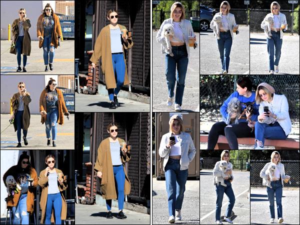 . 08/12/2018 - Lucy K. Hale a été aperçue toujours avec son amie promenant son chien toujours dans un park de L.A.  le onze décembre deux milles dix huit la belle Lucy Hale a été vue avec son amie s'achetant son café à Los Angeles. 2 tops pour L' ! .