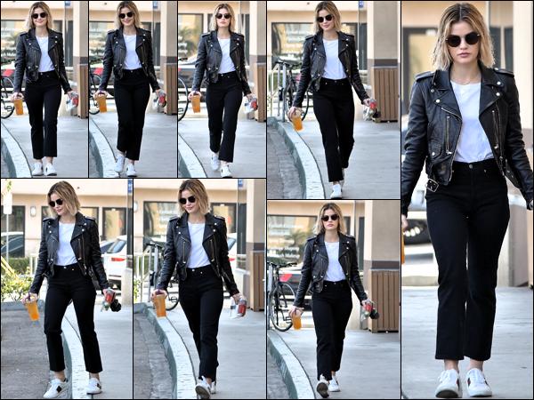 .12/12/18 - Lucy Hale toujours accompagnée d'une amie a été aperçue sortant du coffee been toujours dans  Los Angeles.  Toujours aussi magnifique un jolie top tout simple pour Lucy j'adore sa tenue et toi t'en penses quoi top ou flop ?! donne moi ton avis ! .