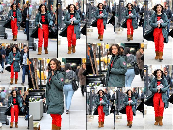 . 20/03/19 - Lucy Hale a été aperçue sur le tournage de sa nouvelle série Katy Keene's pour le spin off de Riverdale à NY.  C'est dans les rues de New York que nous retrouvons la sublime Lucy Hale encore une fois la veille sur le tournage de sa nouvelle série. .
