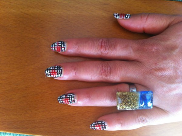 Nail art burberry